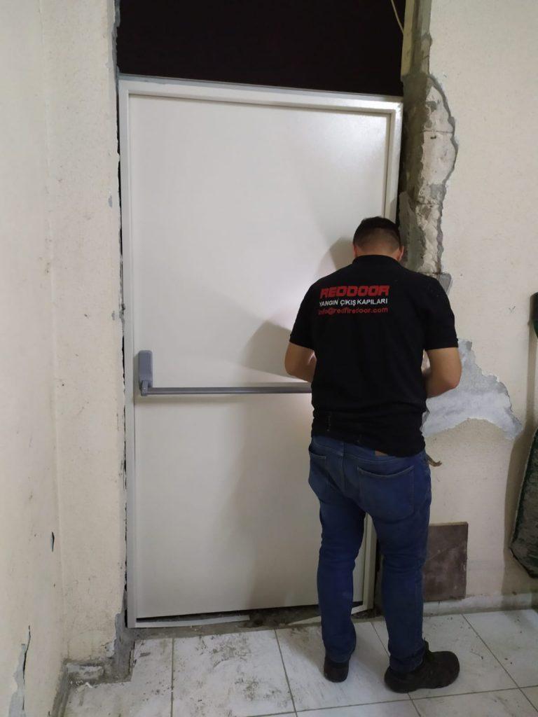 reddoor yangın çıkış kapısı montajı